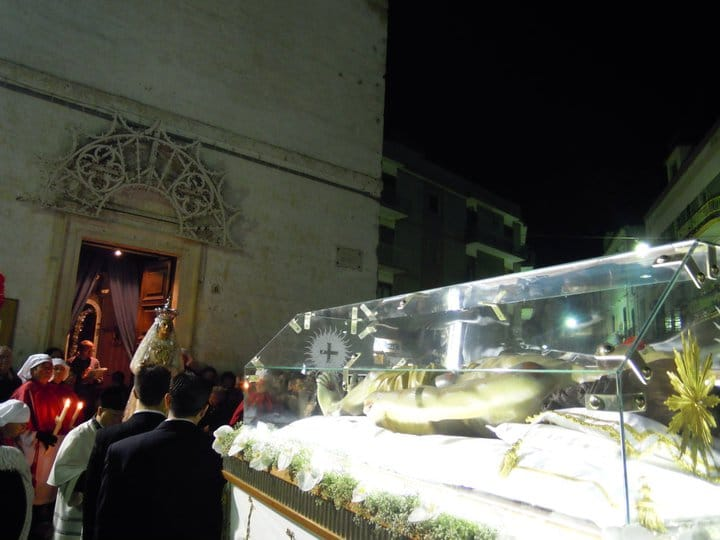 """I Riti pasquali a Mola: il """"Vexilla Regis"""" (Foto e contributo documentaristico di Giacomo De Simone)"""